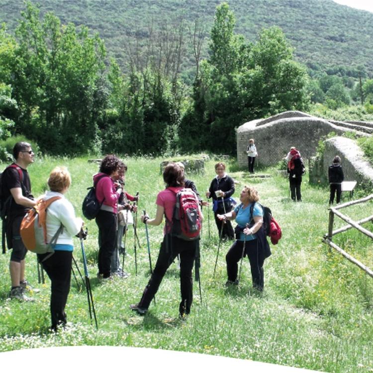 Nord Walking ammirando i resti di Carsulae